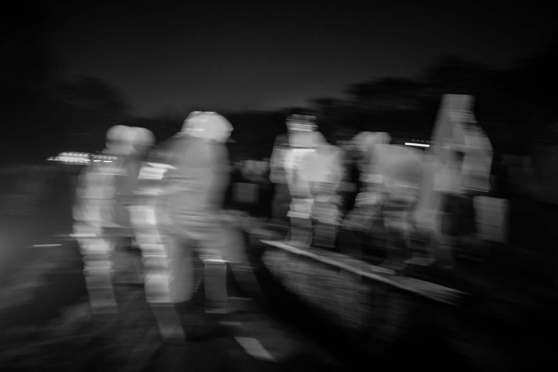 Nadi Bin Eji alias Amang bersama petugas makam lainnya saat mengubrukan jenazah COVID-19 di TPU Pondok Ranggon, Jakarta Timur.