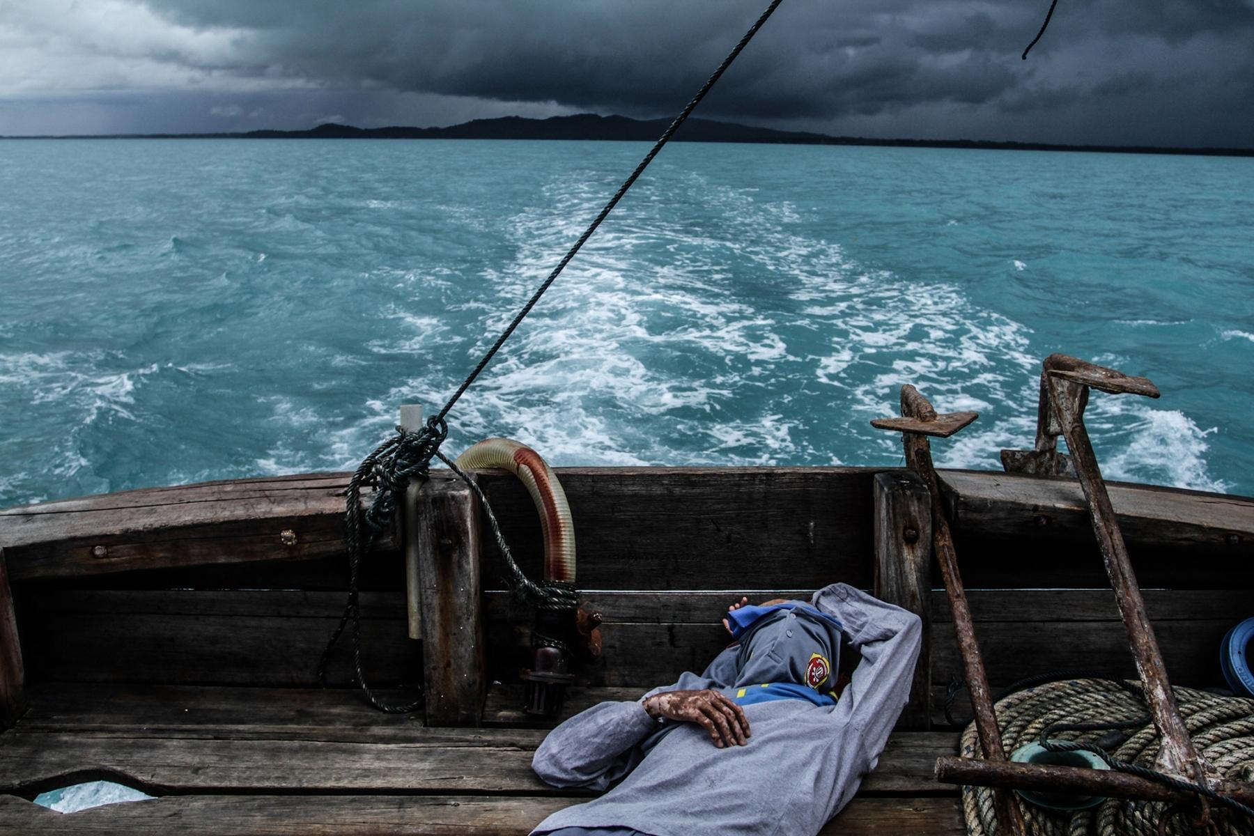 Seorang nelayan tertidur di atas kapal yang harus pergi lebih jauh lagi ketengah laut, karena dipinggiran pantai sudah terdapat aktivitas penambangan timah di sekitar laut  Desa Batu Belubang, Kecamatan Pangkalanbaru, Kabupaten Bangka Tengah, [13/08/2020]. Sekali melaut, para nelayan harus menempuh jarak sekitar 20 mil atau dalam jangka waktu, dua hingga tiga jam.