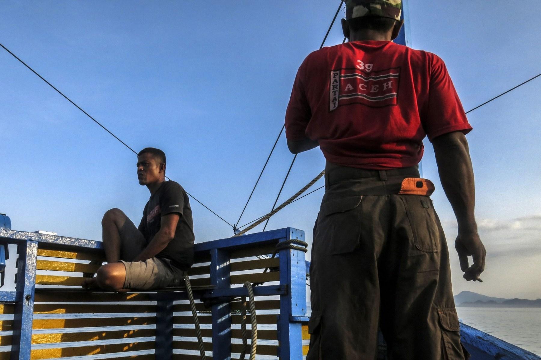 Nelayan bersantai di atas kapal palong, Sabtu (21/4/2018). Setiap minggunya, para nelayan meraih penghasilan kotor antara lima juta hingga sepuluh juta rupiah perminggu.