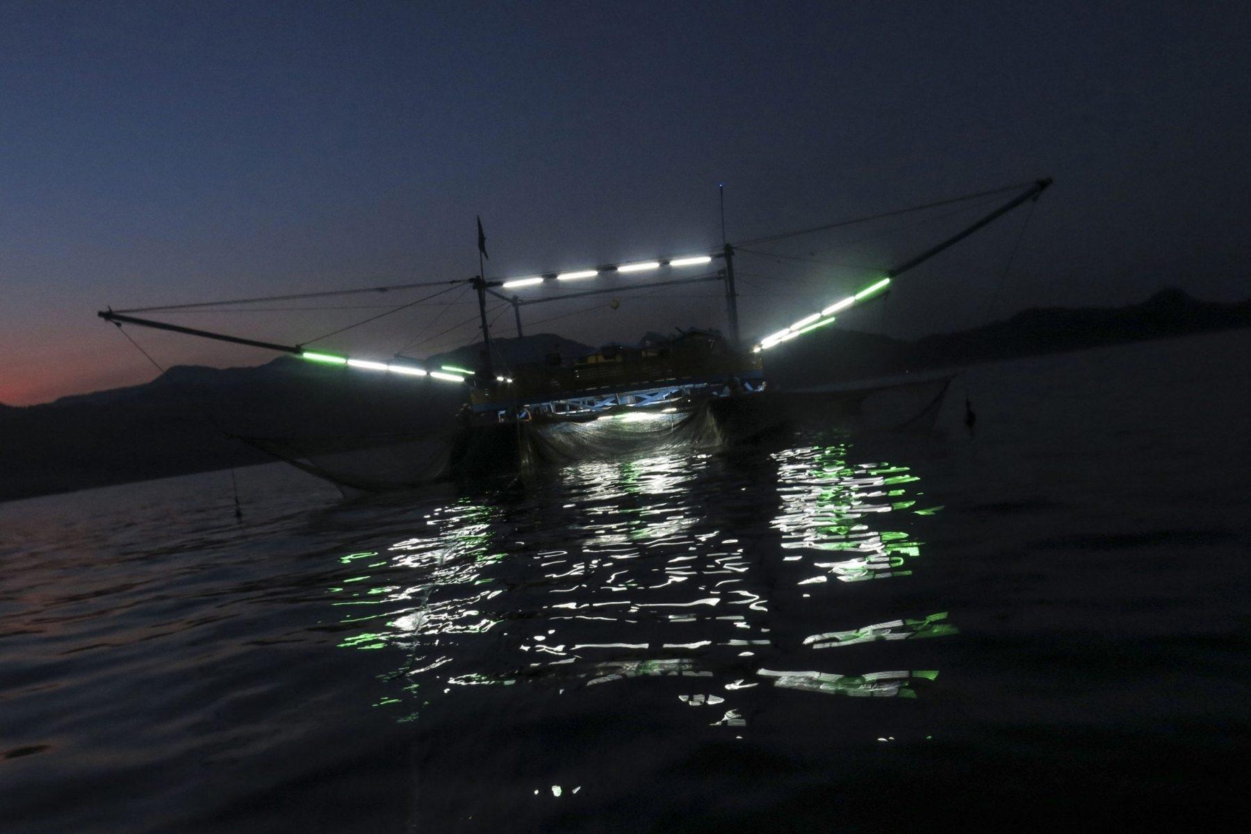 Kapal palong beroperasi di tengah lautan, Sabtu (21/4/2018). Metode nelayan palong cenderung ramah lingkungan karena hanya menggunakan cahaya lampu untuk menarik ikan ke dalam jaring.