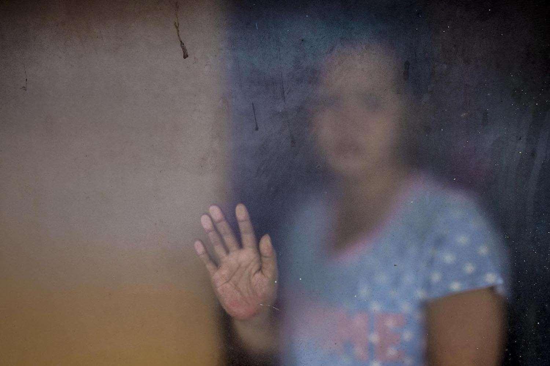 Nindra A.N berpose di balik kaca jendela aat diabadikan di rumahnya KElurahan Pamapu, Kecamatan Tallo, Makassar, Rabu, (12/08/2020)