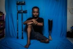 Potret Warnadi dengan tongkat dan kaki palsu saat berada di rumahnya di Petukangan Utara, Jakarta Selatan, Kamis (13/8). Dua penopang tubuh tersebut menjadi alat baginya dalam menjalani aktivitas harian dan bermain sepak bola.