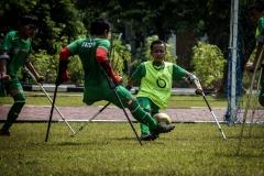 Warnadi berebut bola dengan Anwar saat latih tanding internal Garuda-INAF di lapangan Rumah Sakit dr. Suyoto, Sabtu (15/8).