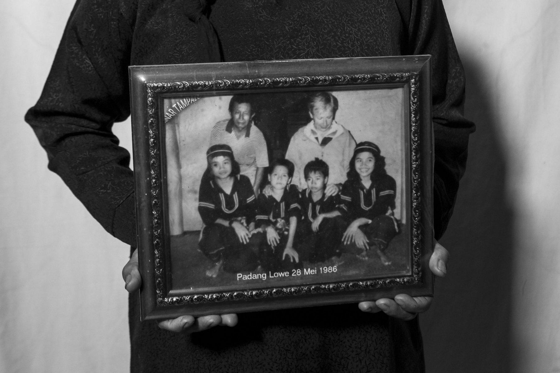 Sebuah foto lama yang merekam memori tentang orang-orang di Padang Lowe, Sumatera Barat yang pernah didatangi oleh bule-bule yang ingin belajar silat. Silat memang sejak lama telah menarik banyak perhatian dari dunia luar.