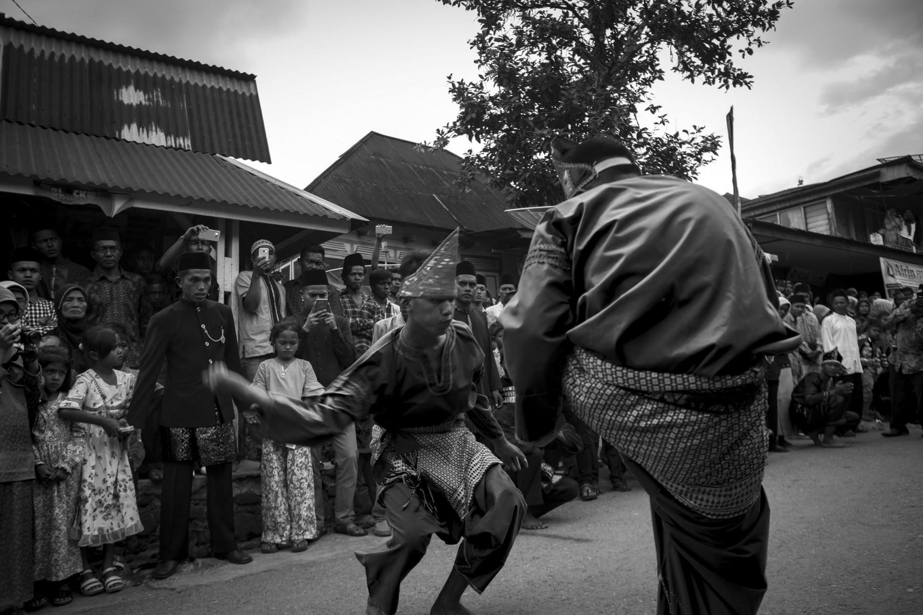 Dua orang pemuda penampilkan pertunjukan silat dalam sebuah upacara adat. Selain sebagai ilmu beladiri, silat juga berkembang sebagai tontonan dan hiburan. Namun, sesungguhnya pada level ini, gerakan yang ditampilkan hanya gerakan yang memiliki estetika keindahan saja.
