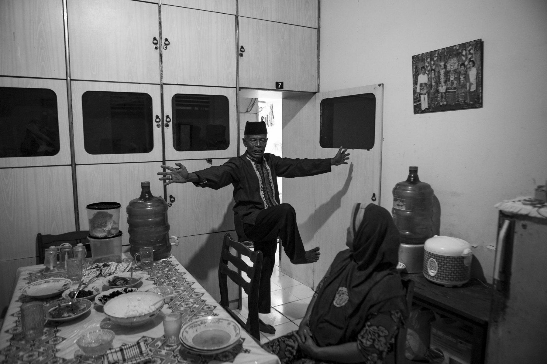 """Muhajirin Tanjung mengajarkan salah satu Jurus Silek Tuo, bernama """"Tagak Ba"""". Muhajirin adalah guru silat atau Tio Silek. Sejatinya silat diajarkan kepada murid dalam rutinitas kehidupan sehari-hari. Dahulunya sang murid akan mengikuti setiap kegiatan sang guru tiap hari dan guru akan menurunkan ilmu silatnya kapan pun dia mau. Terkadang di tengah sawah atau setelah makan. Sang murid harus siap kapan saja."""