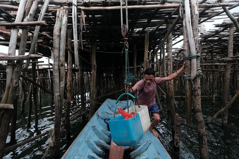 Anuar menyiapkan barang ransum untuk pergi melaut di Desa Tanjung Binga, Belitung  pada 27 Juli 2020. JP/Donny Fernando