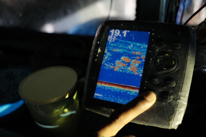 Irwan menggunakan radar untuk melacak keberadaan ikan di bawah kapal bagannya di perairan Tanjung Binga, Belitung  pada 27 Juli 2020. JP/Donny Fernando